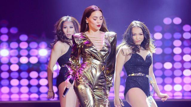 Hồ Ngọc Hà diện trang phục sexy đi hát