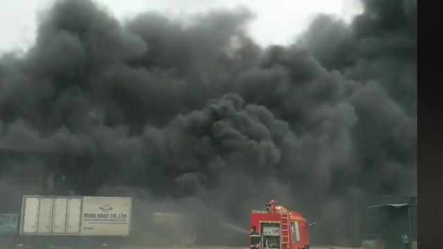 Cháy lớn tại kho hàng ở Hưng Yên, khói đen bốc cao hàng chục mét