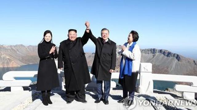 Hành động thú vị trên đỉnh Paekdu của lãnh đạo và phu nhân Hàn-Triều