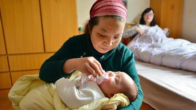 Mẹ bỉm sữa cấm bà nội hôn cháu vì hôi miệng, kẻ chê nàng dâu ghê gớm, người lại ủng hộ vì lý do này
