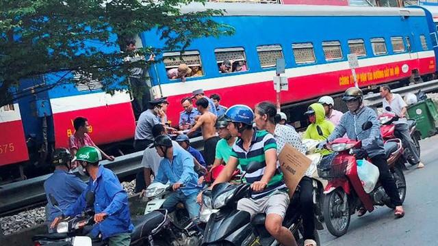 Tàu hỏa va chạm xe máy khiến nhiều phố Hà Nội tắc kéo dài