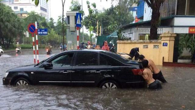Mưa lớn cuối giờ chiều, nhiều tuyến phố Hà Nội ngập sâu trong nước