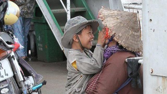 Nụ cười của đứa trẻ ăn xin dành cho mẹ trên chuyến phà mưu sinh xuôi ngược - bức ảnh giản dị nhưng khiến hàng ngàn người ấm áp