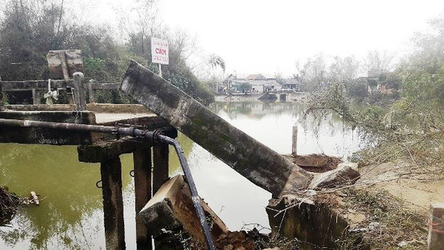 Cầu bất ngờ đổ sập ở TT-Huế, hàng trăm hộ dân bị chia cắt