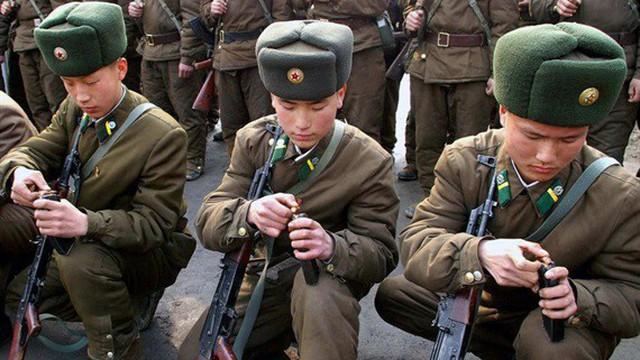 Lính Triều Tiên ngủ không tháo giày vì lo ngại chiến tranh với Mỹ