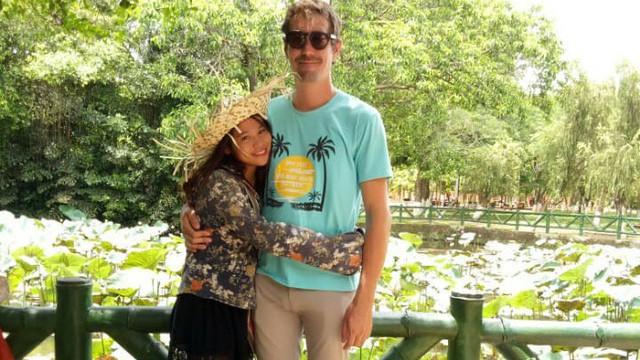 """Phải lòng cô gái Hà Tĩnh bán cà phê, chàng giám đốc Mỹ """"cứ mở mắt ra là học tiếng Việt"""""""