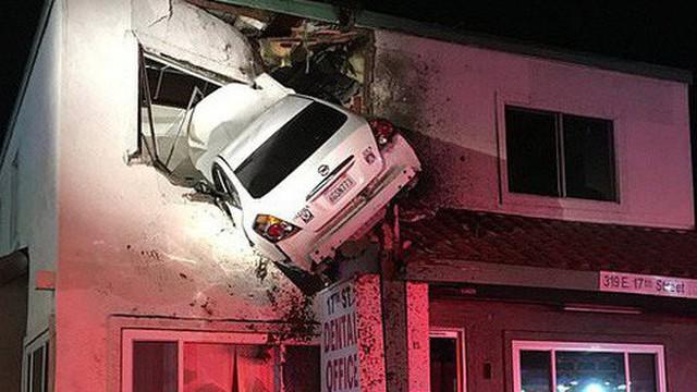 """Tai nạn khó hiểu: """"Vui tính"""" đậu xe ở cửa sổ tầng hai phòng khám nha khoa, 2 người bị thương nặng"""