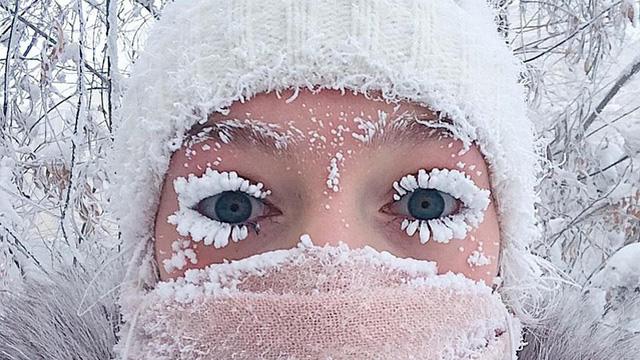 """Lạnh vài độ đã ăn thua gì, ngôi làng này lạnh tới -67 độ C đây: Lông mi đóng băng, cá không cho vào tủ lạnh cũng """"hóa đá"""""""