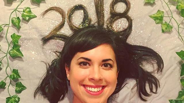 """Đón năm mới suốt 10 năm bằng một kiểu tóc """"độc"""", cô gái bỗng trở nên nổi tiếng khắp thế giới"""