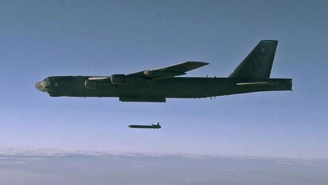 Mỹ triển khai ồ ạt 'pháo đài bay' B-52 tới Guam