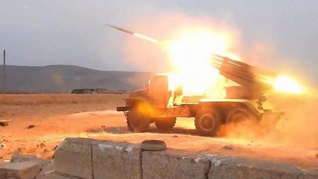 """""""Hổ Syria"""" bắt đầu tấn công ở Hama, Thổ Nhĩ Kỳ giội hỏa lực xuống đầu người Kurd"""