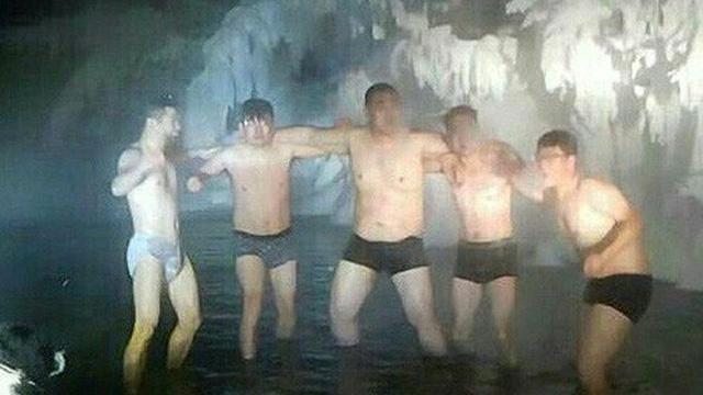 Bất chấp trời lạnh -60 độ C tại ngôi làng lạnh nhất thế giới, nhóm du khách Trung Quốc trút bỏ quần áo, bơi lội vui vẻ