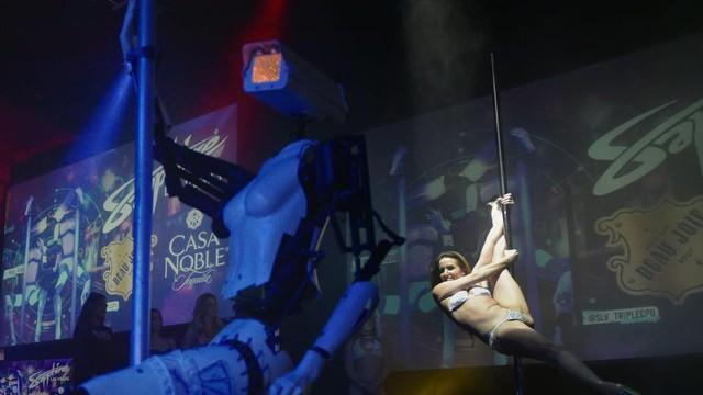 Robot bây giờ cũng biết múa cột rồi đấy!