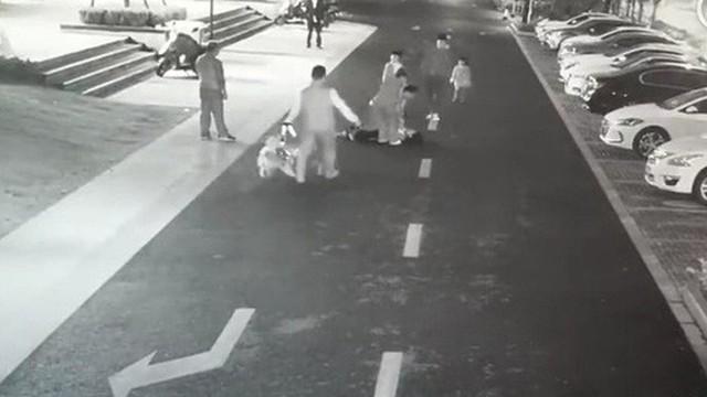 Xua đuổi chó trên đường, người phụ nữ bị chủ con chó đánh đến gãy xương ngay trước mặt các con mình