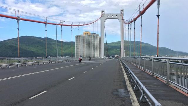 Cận cảnh 'tấm áo vá' trên mặt đường cầu dây võng lớn nhất Việt Nam