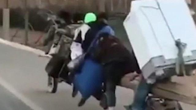 Xe máy thân gỗ chở 7 người lao vun vút trên đường Trung Quốc
