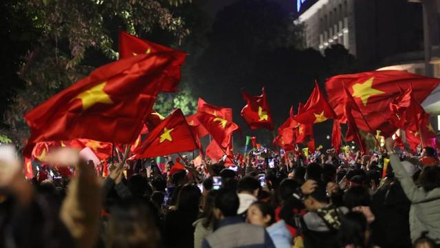 Thủ đô Hà Nội rợp cờ hoa ăn mừng chiến thắng của đội tuyển Việt Nam