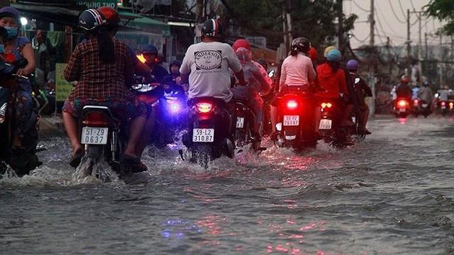 TP.HCM ngập sâu chiều cuối tuần vì triều cường dâng cao