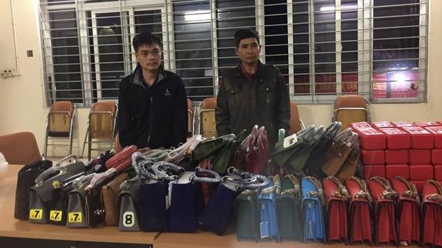 141 phát hiện xe ô tô chở pháo sáng và nhiều túi xách nghi hàng nhái