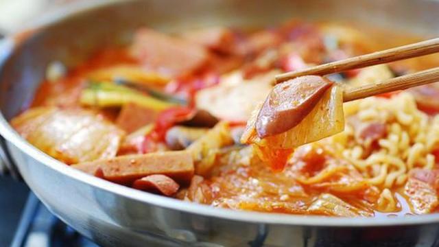 Budae Jjigae: Món lẩu quốc dân người Hàn ai cũng biết nhưng lại có nguồn gốc thật buồn