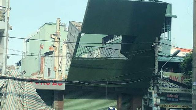 Bảng quảng cáo ngã đè vào trụ điện, nhiều người tháo chạy ở Sài Gòn