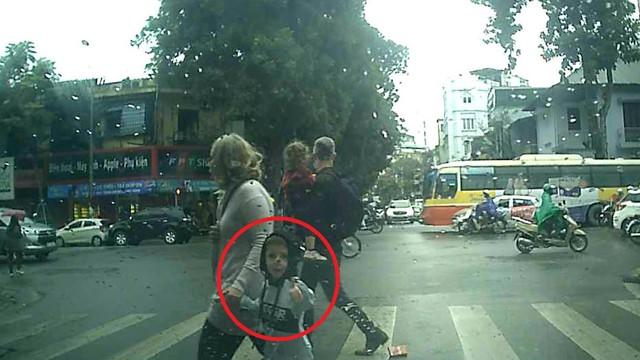 Cậu bé tây khiến bác tài ô tô vui cả ngày vì cách cảm ơn siêu ngầu sau khi được nhường đường