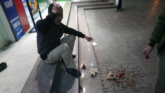 Đang ngồi uống nước ở chân toà chung cư HH Linh Đàm, người đàn ông bị đá rơi trúng đầu
