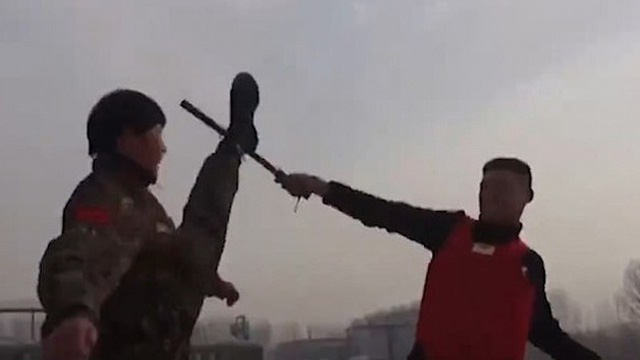 Xem nữ biệt kích Trung Quốc luyện tập tay không hạ gục đối thủ