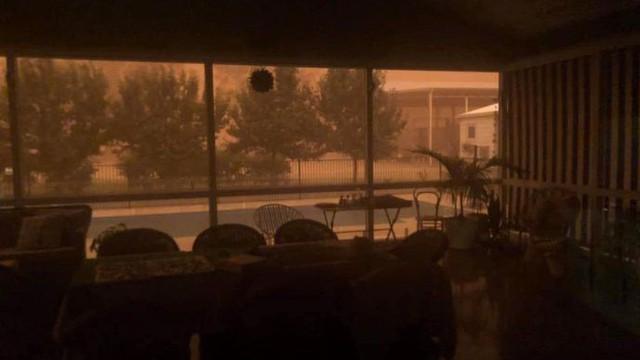 """""""Sóng thần"""" bụi cao 100m đỏ quạch trời, bủa vây thị trấn nhỏ Australia"""