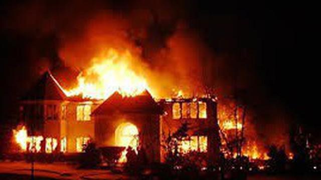 Thiếu niên nhậu xỉn đốt nhà mình nhưng nhà hàng xóm bị cháy rụi