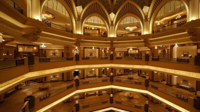 Bên trong khách sạn dát 40 tấn vàng xa hoa như cung điện