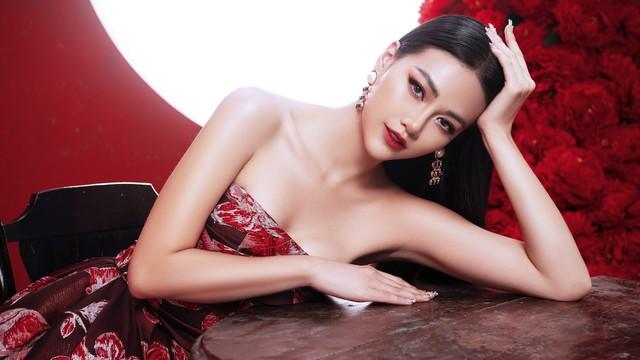 Hoa hậu Trái đất Phương Khánh khoe vai trần quyến rũ