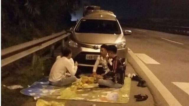 CSGT xử lý nhóm thanh niên ngang nhiên ngồi ăn đêm trên cao tốc Nội Bài - Lào Cai