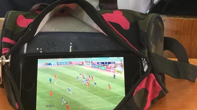 """Học sinh và sinh viên thi nhau """"ngụy trang"""" để cổ vũ Hà Nội FC đấu đội bóng Trung Quốc"""