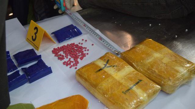 Dùng tiểu sành đựng hài cốt và xe tang để ngụy trang vận chuyển hơn 14 nghìn viên ma túy