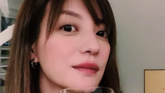Triệu Vy lại khiến fan hâm mộ lo lắng khi lộ dấu hiệu đã ly thân, chỉ một mình cô đơn uống rượu ngày lễ quan trọng