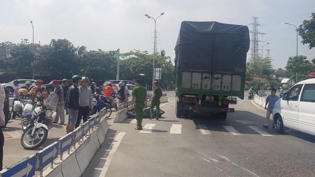Xe máy đụng xe tải, người phụ nữ tử vong thương tâm dưới gầm xe