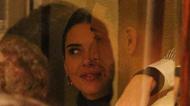 Kendall Jenner ôm hôn bạn trai cao 2m8 không rời trong nhà hàng