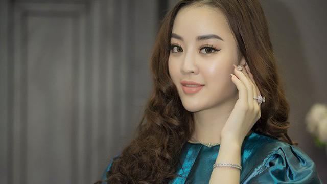 Người đẹp Tài năng Hoa hậu Hoàn vũ 2017 khoe khéo nhẫn kim cương tiền tỷ