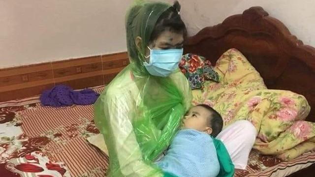 Bức ảnh mẹ bị thủy đậu vạch áo mưa cho con bú được chia sẻ liên tục, dân mạng phát hiện điều nguy hiểm