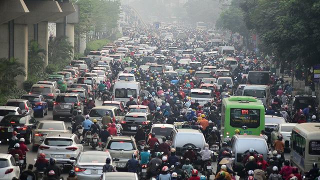 Đề xuất cấm xe máy trên đường Lê Văn Lương, Nguyễn Trãi: Tại sao không cấm ô tô cá nhân?