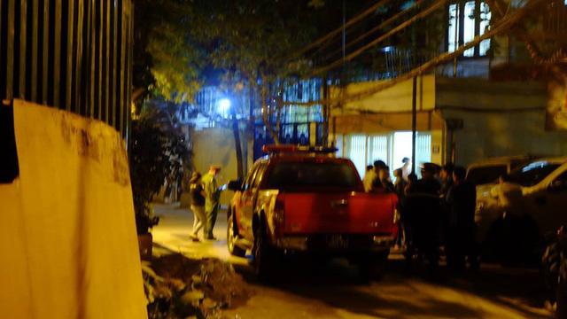 Giải cứu người đàn ông ngoại quốc leo qua nhiều nóc nhà cao tầng ở Hà Nội