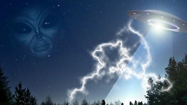 """Phát hiện UFO bí ẩn bay gần Las Vegas và """"lỗ mây"""" ở UAE"""
