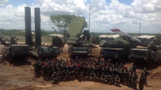 Tình hình Venezuela đã rất căng: Tên lửa S-300VM kéo về chốt giữ sân bay đầu não