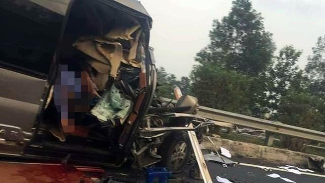 Ô tô 16 chỗ va chạm với xe đầu kéo trên cao tốc Pháp Vân, 3 người thương vong