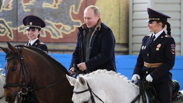 7 ngày qua ảnh: Tổng thống Nga Putin cưỡi ngựa cùng các nữ cảnh sát