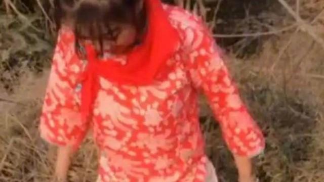 Đăng tải đoạn phim đi bắt cá, người phụ nữ bất ngờ bị bắt giữ vì 1 món đồ trên người