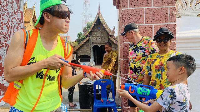 MC Quang Bảo gây cười tại Tết té nước Thái Lan