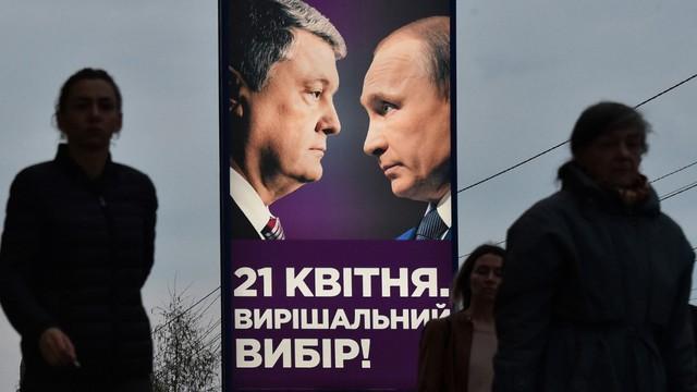 Đưa hình ông Putin vào áp phích tranh cử, TT Ukraine Poroshenko muốn ám chỉ điều gì?