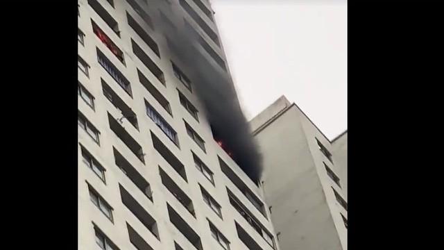 Lửa, khói bốc ra ngùn ngụt từ tầng 32 chung cư HH2C Linh Đàm, cư dân hoảng loạn tháo chạy